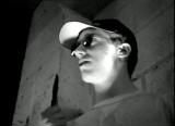 Félix, interpretando a un estudiante judío que perdió sus ojos en Jerusalén, insulta a su asesino mientras sostiene un cuchillo matador