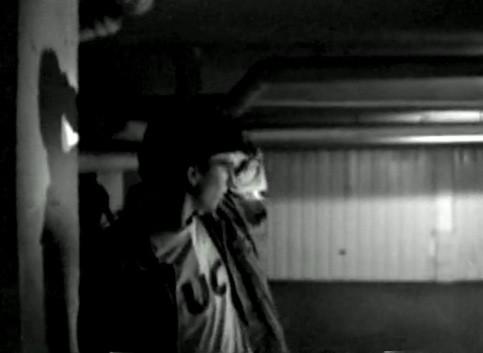 Iván lanza una señal a su compinche para indicar que un nuevo indeseable se aproxima